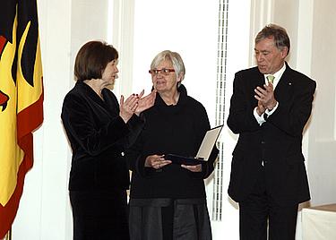 Ute Winkler-Stumpf (uprostřed) se spolkovým prezidentem Horstem Köhlerem a jeho chotí, paní Evou Luise, při propůjčování řádu Copyright: Bundespresseamt